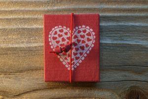 Leporellöchen, Buchleinen bedruckt, rot mit Herz